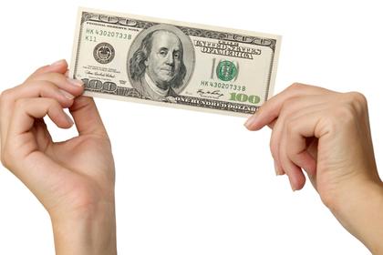 お金を手に持つ画像