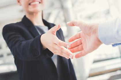 女性が握手ている