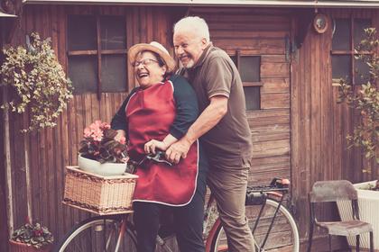 自転車に乗る老夫婦