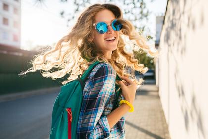 青いサングラスの女性