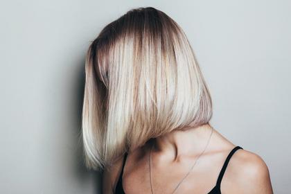 金髪のボブヘアの女性