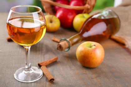 飲み物の入ったワイングラスとりんご