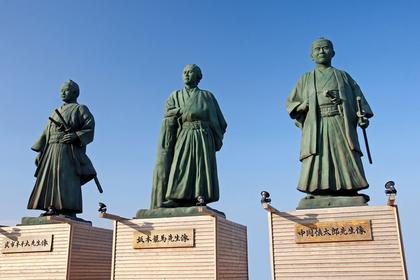 三体の銅像