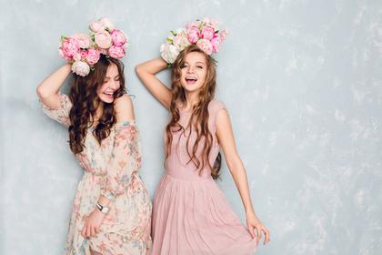 薔薇のリボンをつけた二人の女性