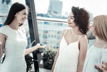 談笑する女性達
