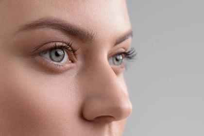 美しい瞳の女性