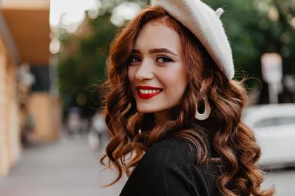 白色のベレー帽が似合う可愛い女性