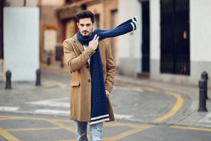 コートの男性