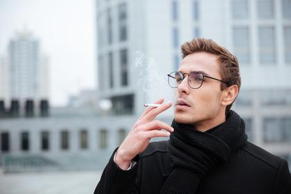 タバコを吸う