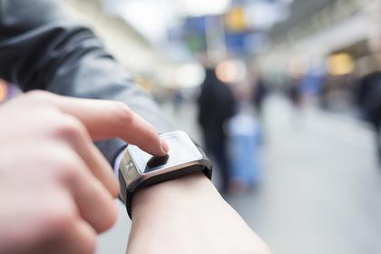 腕時計を指さす男性画像