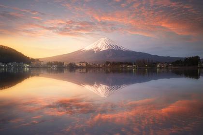 夕焼けの中の富士山と湖
