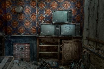 古びたテレビが置いてある