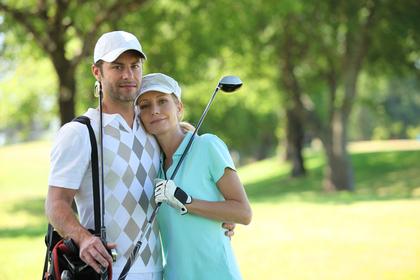 ゴルフする2人