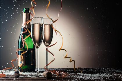 シャンパンと2本のシャンパングラス