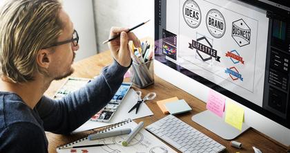 パソコンでデザインの仕事に集中する男性
