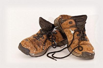 ひもが解けた革靴