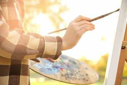 趣味の風景画を描く様子