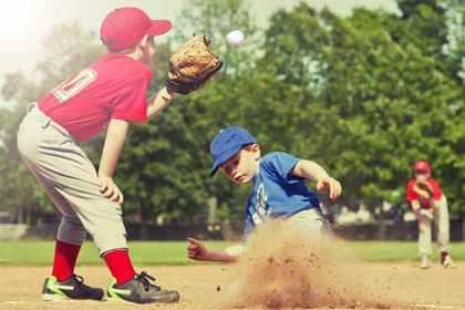 野球の試合をする子供達