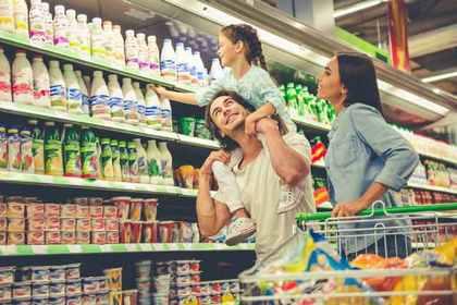 ショッピングをしている家族3人