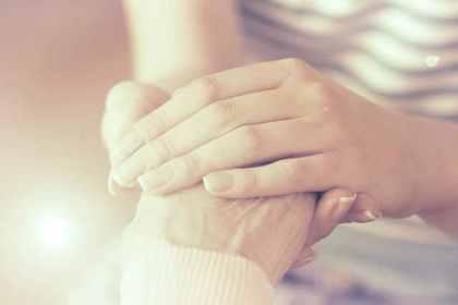 手を添える人