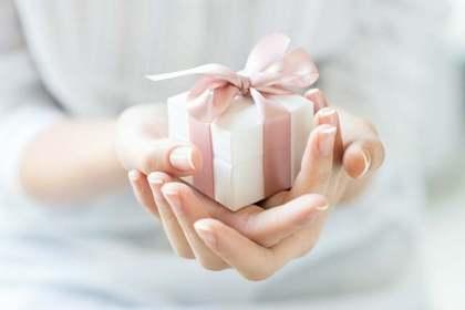 贈り物を受け取る