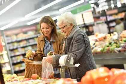 果物を見ている女性とおばあさん