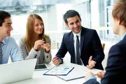 積極的な会話をする社員