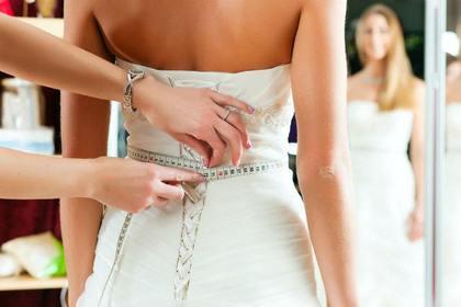 ウエディングドレスを着る女性