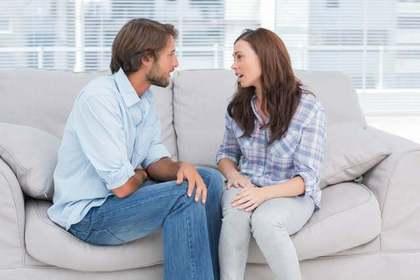 男性と話をする女性