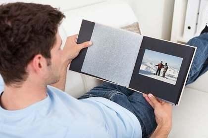 アルバムを見る男性