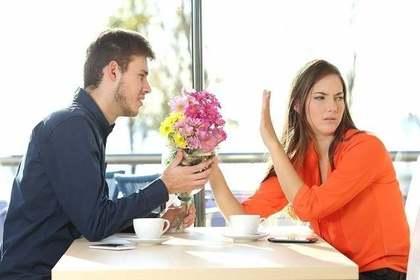 お花を断る女性