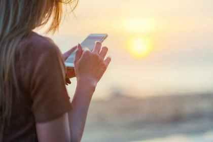 無料のアプリを検討する人の画像