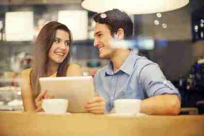 会話を楽しむカップル