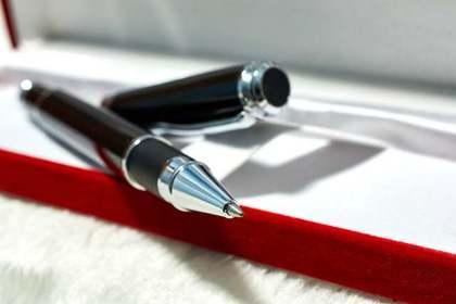 手紙を書くペン