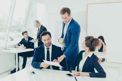 会社で仕事をしている人たち