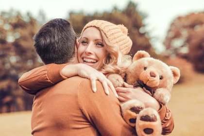 熊のぬいぐるみを抱く女性