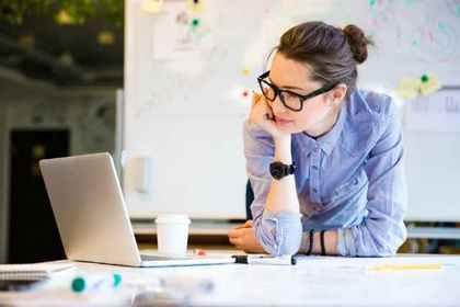 パソコンをみている女性
