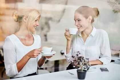カフェで会話をする2人の女性