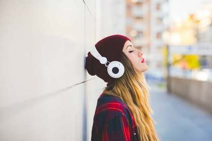 ヘッドフォンで趣味の音楽を聞く女性