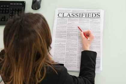 新聞をチェックする女性