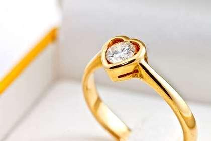 宝石付きの指輪