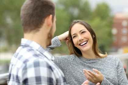 笑顔で会話する女性と男性