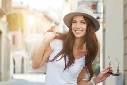 肩にバッグを掛けて微笑む女性