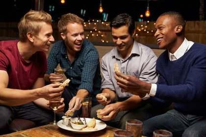 楽しそうな男性グループ