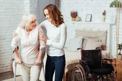 老人を支える女性