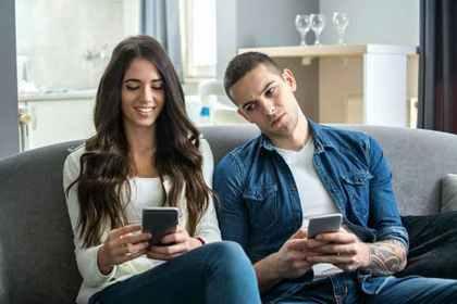 女性の携帯を覗く男性