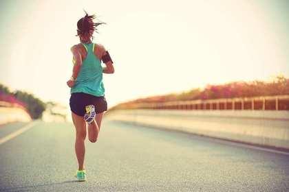 道路を走る女性