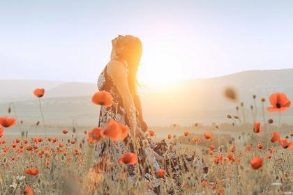 花畑で立っている女性