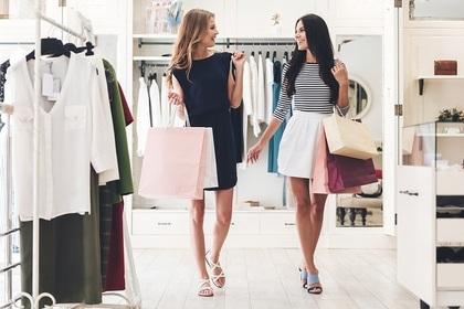 友達と一緒に買い物をする