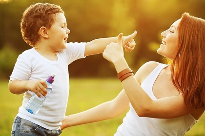 最愛の息子と遊ぶ母親